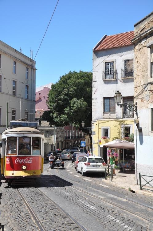 Tram 28 in Lissabons engen Gassen