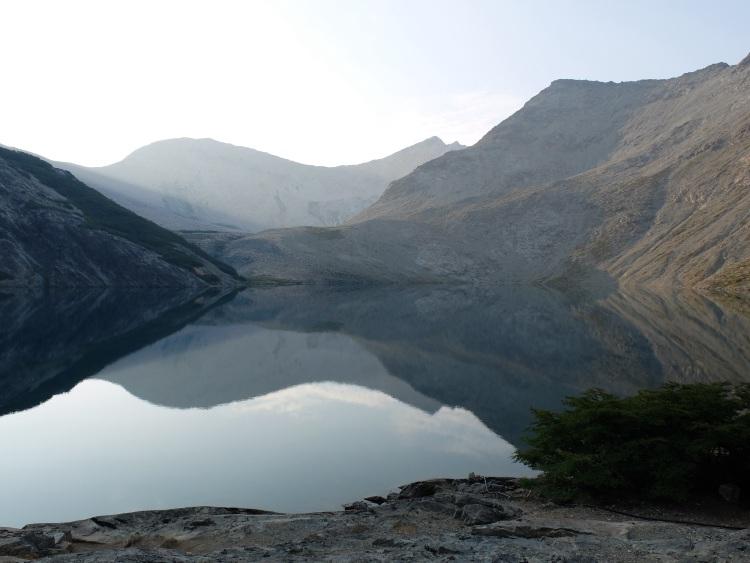 Berge spiegeln sich in der Lagune