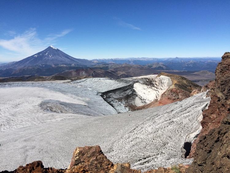 Lanin hinter dem vergletscherten Krater auf der anderen