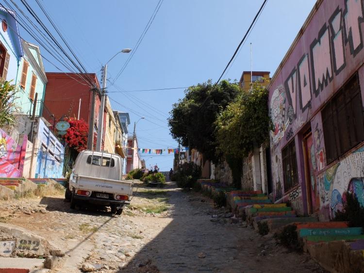 Eine der verwinkelten, steilen Gassen des Cerro Alegre