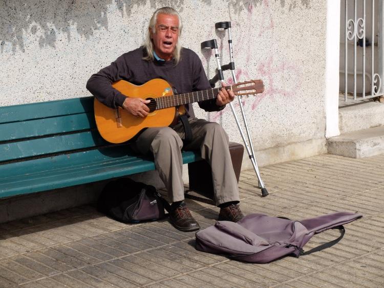 Am Paseo Atkinson spielen Straßenmusiker