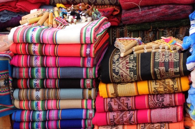 Bunte Stoffe auf dem Markt in Purmamarca