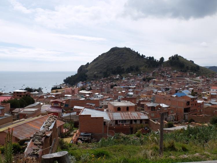 Unverputzte Häuser prägen fast jedes Stadtbild