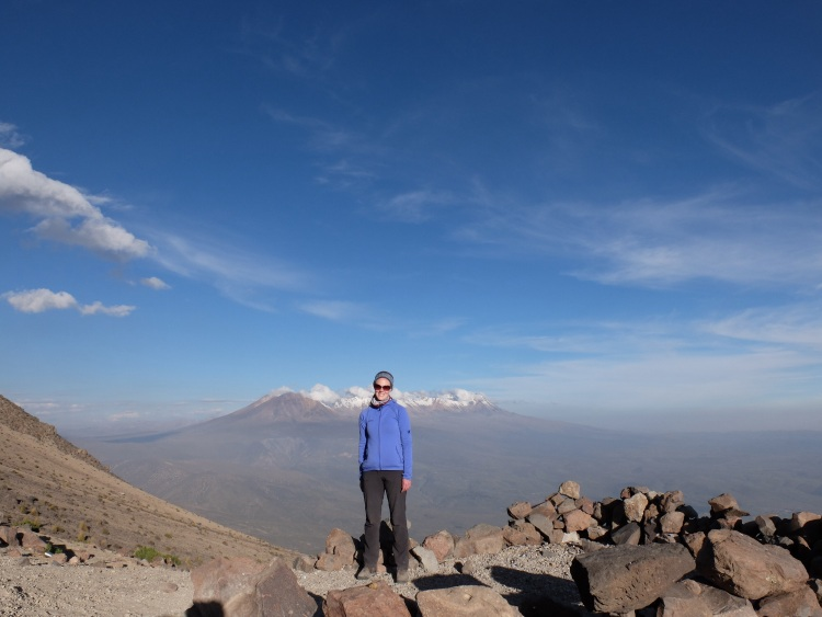 Am Basecamp, Vulkan Picchu Picchu im Hintergrund