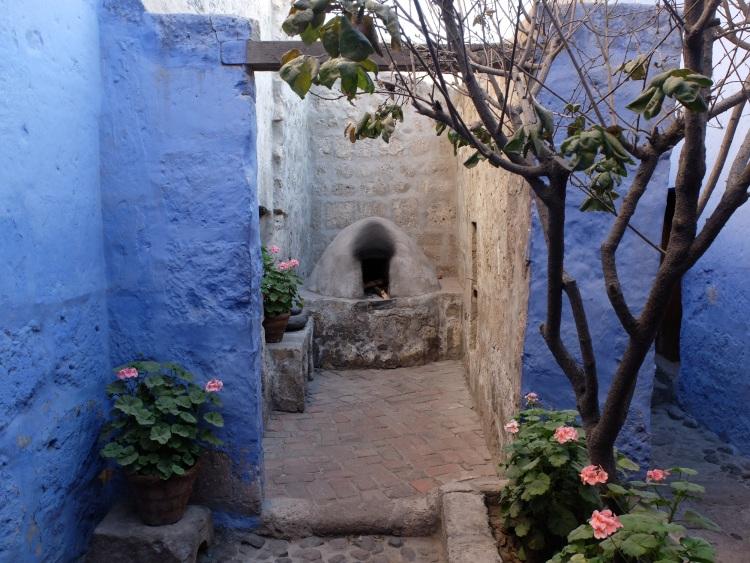 Blaue Wände, Blumen, altes Gemäuer