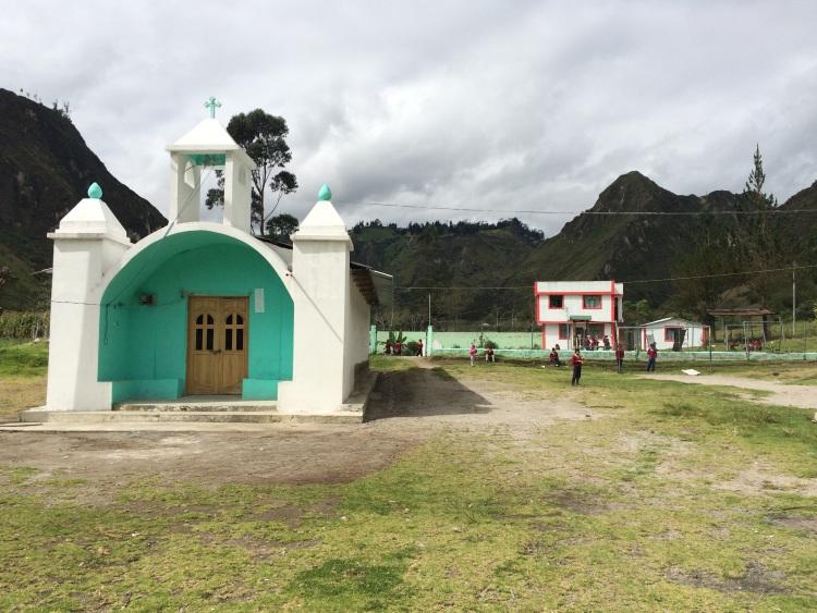Kleines Dorf auf dem Weg